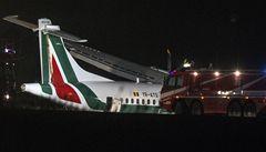 Rumunské letadlo v Římě nezvládlo přistání a skončilo v trávě
