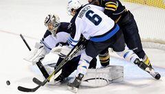 VIDEO: Brankář Pavelec oslavil výhrou svůj jubilejní zápas v NHL