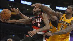 Lakers po pohřbu majitele porazili v NBA Portland