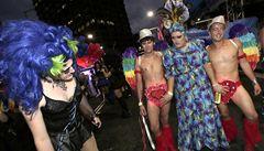 Tisíce lidí se sešly v Sydney v barvitém průvodu gayů a lesbiček