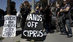 Kyperský parlament hlídá policie. Politici řeší, koho osvobodit od daně