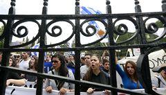 Policejní manévry na Kypru, před bankami se tvoří dlouhé fronty