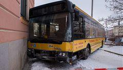 Řidič zkolaboval, autobus plný lidí naboural do pošty