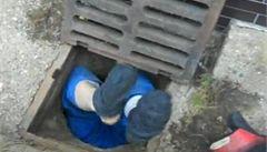 Nevydařený pokus o krádež kovu. Muž spadl do kanálu
