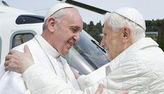 Zvítězí František, nebo Benedikt? Fotbalové finále jako souboj papežů