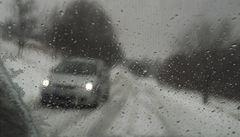 Sníh zkomplikoval dopravu. Silnice mohou na Zlínsku a Vysočině namrzat