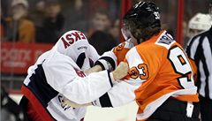 VIDEO: Voráček se v NHL poprvé porval. Zastal se Girouxe