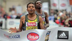 Favorit Tadese vyhrál půlmaraton, proti rekordu byl pražský chlad