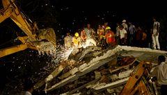 Nejméně 27 lidí zahynulo v troskách zřícené budovy v Bombaji