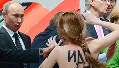 Nahé dívky z Femen napadly v Německu Putina