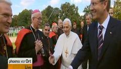 Papežovi nechtěli kardinálové podat ruku, šíří se lživý důvod rezignace