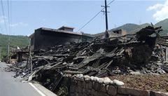 Zemětřesení v Číně si vyžádalo nejméně 100 obětí a 2200 zraněných