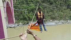 Indický kaskadér zemřel, když překonával řeku zavěšený na vlasech