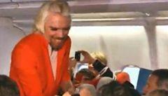 Miliardář Branson si vyzkoušel práci letušky. Prohrál sázku