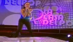 Zpěvačka zapomněla zpívat poté, co jí ze šatů vyklouzlo ňadro
