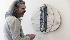 Jiří David vystavuje obrazy vytvářené pomocí betonu