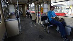 Těhotná v tramvaji. Proč nás nepustíte sednout?