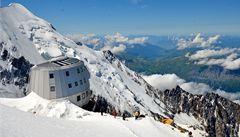 Pod vrcholem Mont Blanku otevřeli ekologickou chatu