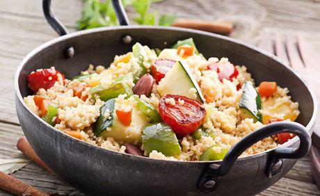 Vedra udeřila, co si dát v horku k večeři? Zkuste ovocný salát nebo kuskus, na knedlíky zapomeňte