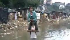 Reportér sedící při povodni na ramenou muže byl propuštěn
