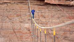 Prošel se po laně nad Grand Canyonem. V New Yorku mu to zakázali