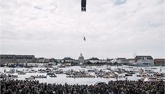 Odvážlivci skákali do vody z kodaňské opery
