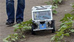 V Suchdole soutěžili polní roboti. Jezdili po poli a hledali plevel