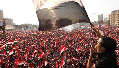 Před Mursího palácem defilují obrněnci. Puč, vzkazuje egyptský prezident