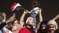 Bili je řetězy a židlemi. Za čtyři dny protestů v Káhiře sexuálně napadli sto žen