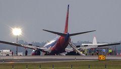 V New Yorku přistálo letadlo bez části podvozku, osm zraněných