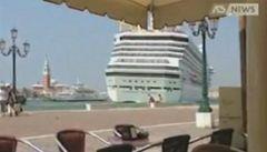 Riskantní manévr obří výletní lodě rozzuřil Benátky