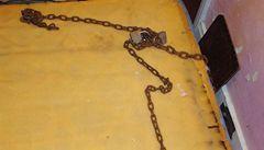 Všude řetězy. Poprvé se objevily fotky ze sklepa, kde Castro věznil tři ženy