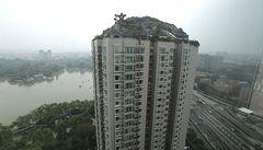 OBRAZEM: Pekingu vadí bizarní vila na střeše paneláku