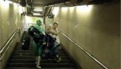 Japonsko má svého superhrdinu. V metru pomáhá nosit kočárky
