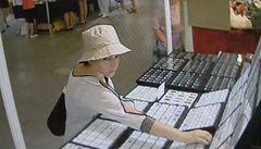 Zlodějka měla při krádeži diamantů v Letňanech komplice, tvrdí policie