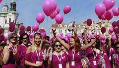 Fialová Praha. Boj s rakovinou prsu přišly podpořit tisíce lidí