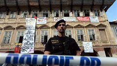 Policie vyklidila chátrající dům na Pohořelci. Zadržela 27 squatterů