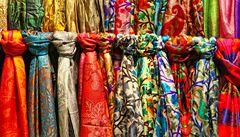Tradiční výroba kašmírových šál upadá. Kvůli imitacím