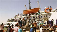Cesta do Súdánu: na lodi s pračkami, pneumatikami a stovkami lidí