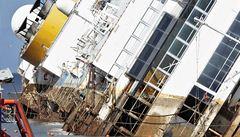 Vrak lodi Costa Concordia se napřimuje. Akce potrvá ještě další hodiny