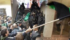 Demonstrace v Ostravě. Horníci vtrhli do budovy OKD, zasahovali těžkooděnci