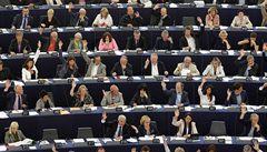 Europoslanci jasnou většinou schválili dohodu EU s Británií. Proti jich hlasovalo jen pět