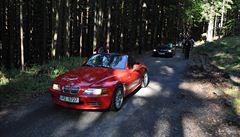 Do chráněného šumavského území vjela kolona luxusních BMW