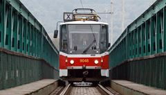 Po starém mostě z Holešovic do Troje projela poslední tramvaj