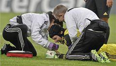 Petr Čech narazil hlavou do tyčky, zachránila ho helma