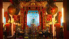Aféra v Číně: starodávné chrámové fresky překryly kýčovité obrázky