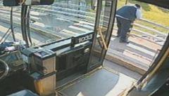 Řidič autobusu zachránil ženu. Chtěla skočit z mostu