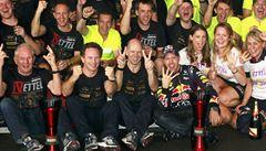 Stáj vyplatí Vettelovi za triumf miliony eur. Prémie uvidí i uklízečky