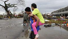 Uplakané děti na střechách. Tajfun na Filipínách zabil 10 tisíc lidí