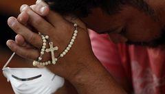 'Děkuji bohu za šanci žít.' Filipínci se modlili v rozbořených kostelech